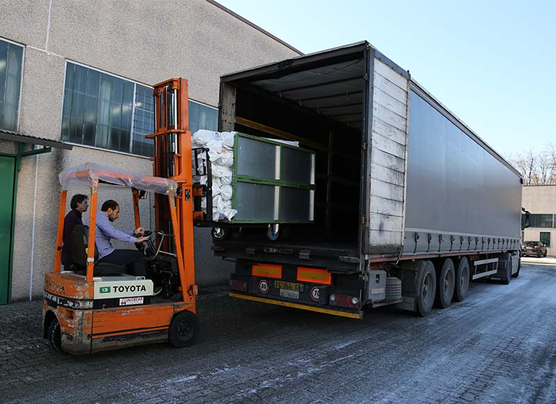 The fabrics purchased by our clients, are carefully packed to guaranteed the quality during transport.